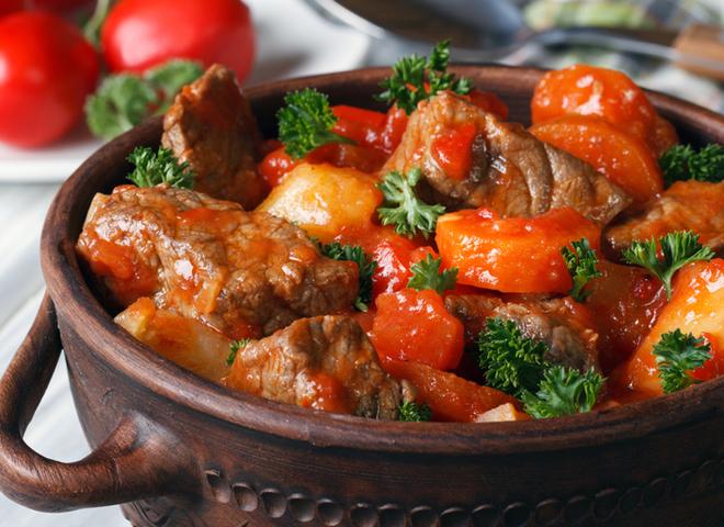 Гуляш меджимурский: рецепт с грибами и разными видами мяса