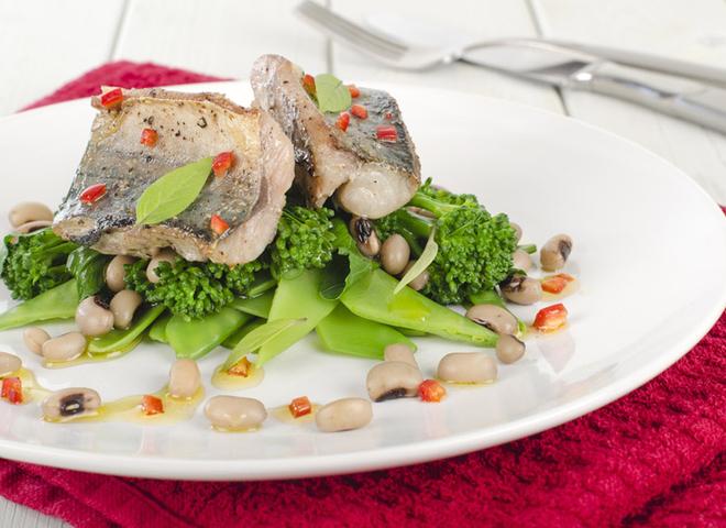 Как приготовить скумбрию вкусно: рецепт запеченной рыбы с овощами