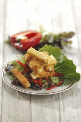 Рецепт горячей закуски из жареного сыра: сырные палочки в сухарях
