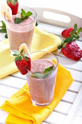 Освежающий летний напиток: коктейль с клубникой