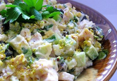 Салат с копченой курицей и черносливом «Сказочная поляна»