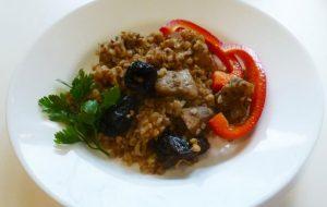 Гречка с мясом и черносливом