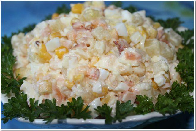 Салатик с копченым окороком и омлетом