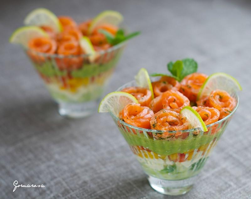 Салат с лососем, креветками и заправкой из сливочного сыра