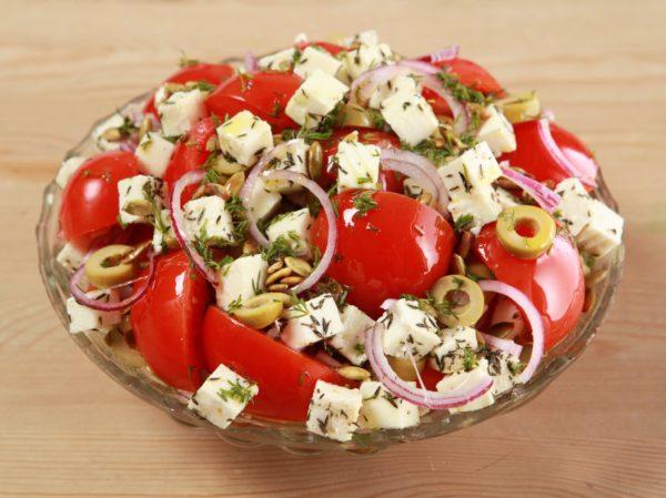 Салат «Июнь» с помидорами и сыром