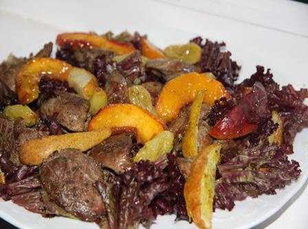Теплый салат с печенкой и фруктами