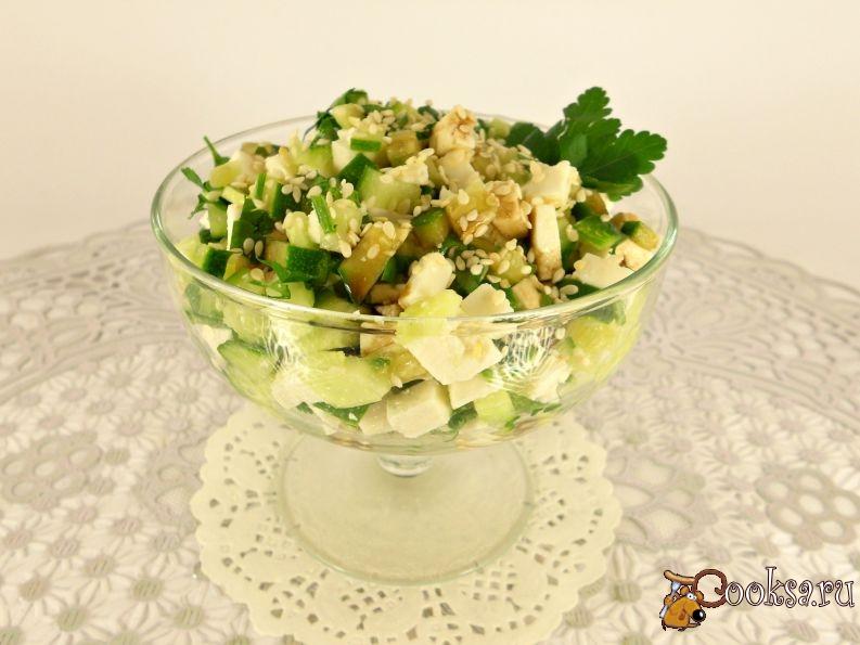 Салат из языка со свежим огурцом и кунжутом