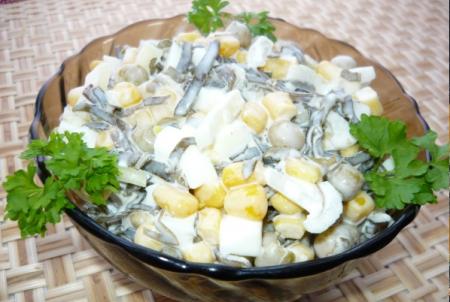 Салат из морской капусты с крабовыми палочками и кукурузой
