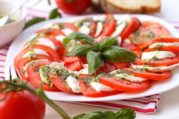 Салат «Капрезе» (помидоры с моцареллой)