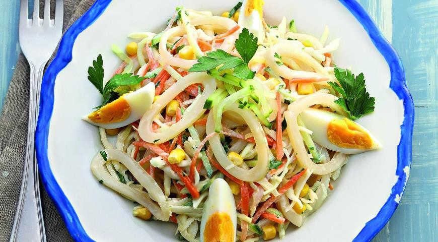 Салат из кальмаров, капусты и кукурузы