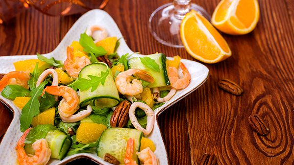 Салат с креветками, рукколой и апельсиновой заправкой