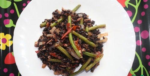 Черный рис с тунцом и овощами