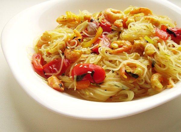 Рисовая лапша с овощами и морепродуктами