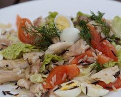 Свежий салат с рыбой и овощами