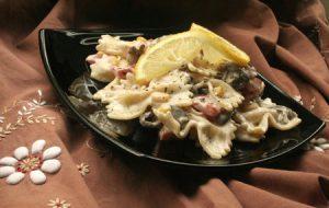 Салат с макаронами, грибами и кукурузой
