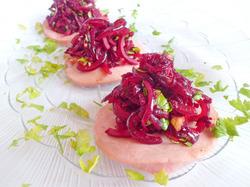 Колбасные «тарелочки» со свекольным салатом
