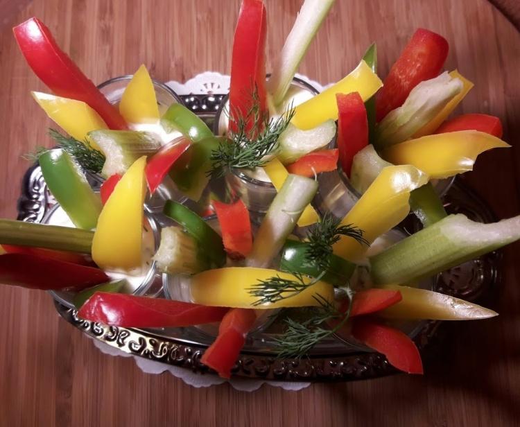 Фуршетные овощи «Светофорчик» со сметанным соусом