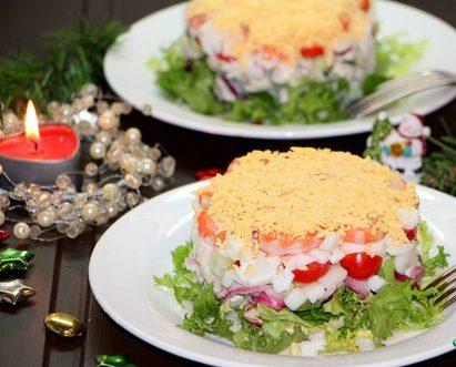 Салат с кальмаром и овощами «Новогодний»