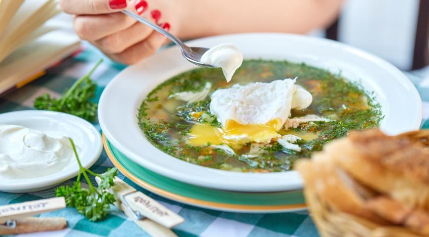 Зеленые щи с яйцом-пашот
