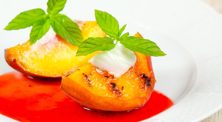 Печеные персики с малиновым соусом