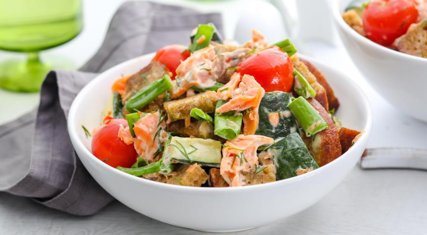 Салат с копченой форелью, цукини и жареным хлебом
