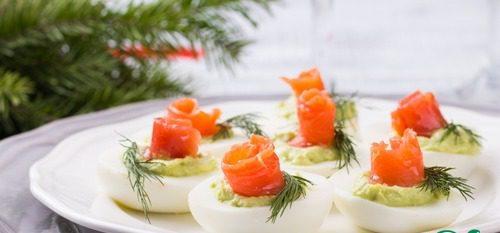 Яйца с муссом из авокадо и семгой