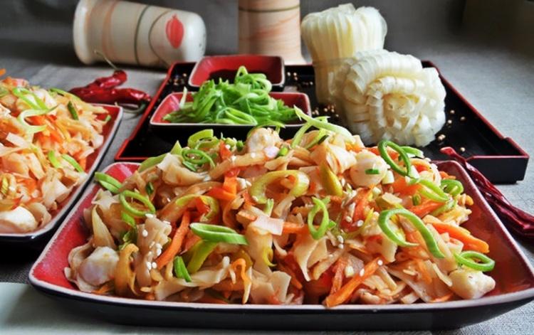 Рисовая лапша с овощами и крабовым мясом