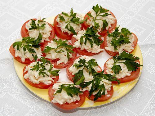 Закуска из рыбных консервов на помидорах