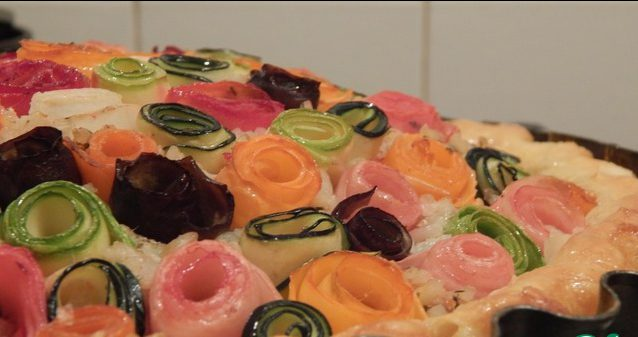 Пирог с овощными розами