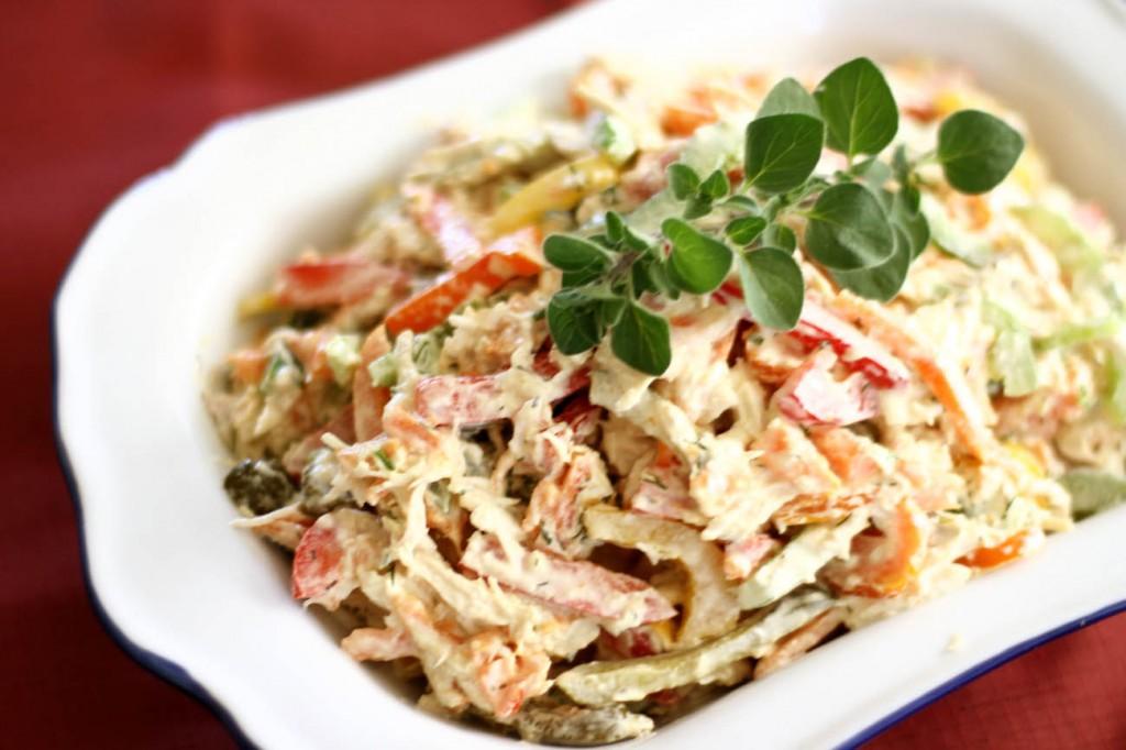 Салат с копченой свининой и корнишонами