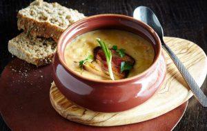 Гороховый суп с копченой свиной щекой