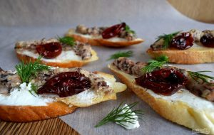 Брускетта с сардинами и сливочным сыром