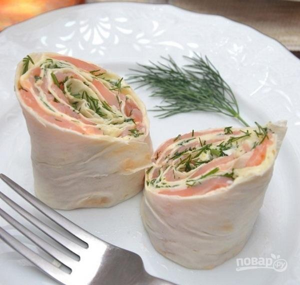 Лаваш с сыром, и семгой, и зеленью