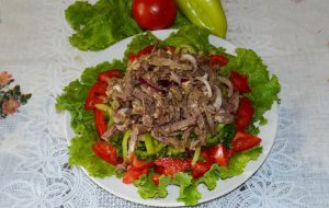 Салат с отварной говядиной