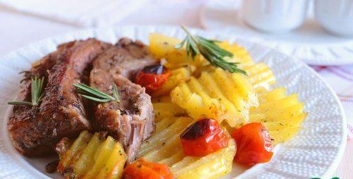 Утиная грудка с картофелем и помидорами