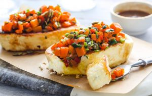 Жареный адыгейский сыр с овощами