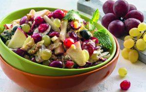 Салат «Вальдорф» с клюквой и виноградом