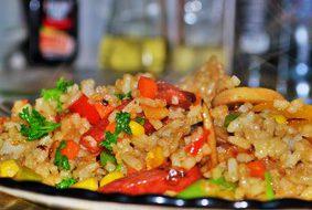 Жареный рис с овощами и острыми колбасками