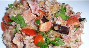 Салат с булгуром, беконом и баклажаном