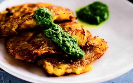 Тыквенные оладушки с зеленым соусом