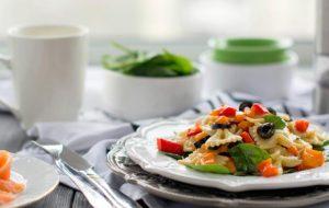 Теплый салат с запеченным перцем и пастой