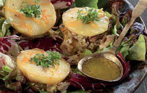 Теплый салат из цесарки с жареными яблоками