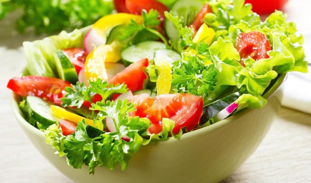 Летний салат из зелени