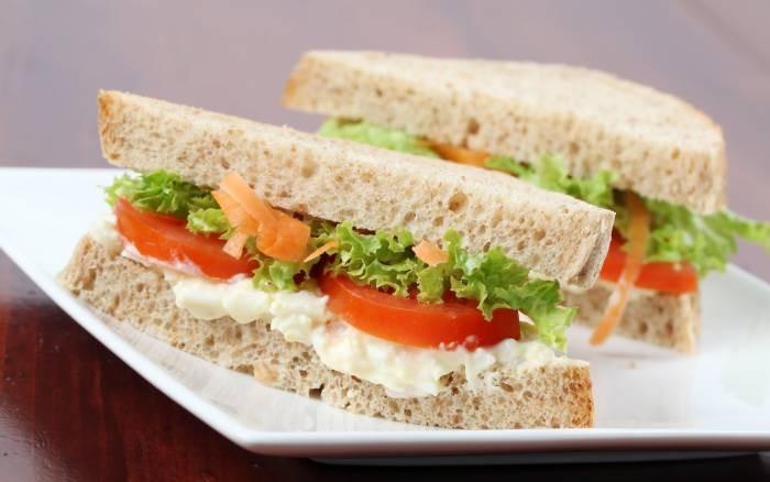 Горячие бутерброды с овощами и творогом