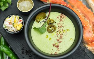 Прохладный крем-суп из зеленого перца с камчатским крабом и тайским манго