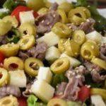 Салат с говядиной и оливками