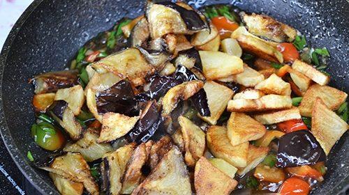 Картофель с баклажанами в соусе