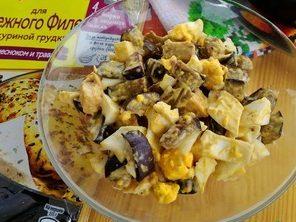 Салат с куриным филе и баклажаном
