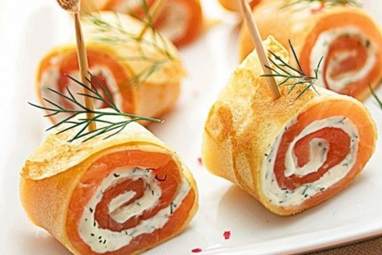 Закусочные праздничные рулетики из блинов с лососем