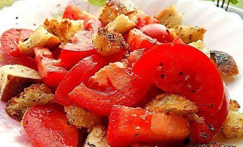Салат из помидоров с прованскими крутонами
